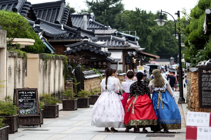 A group of ladies donning the Hanbok garb